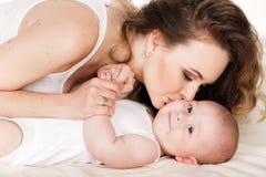 behandla som ett barn den lyckliga moderståenden Royaltyfri Fotografi