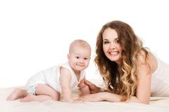 behandla som ett barn den lyckliga moderståenden Fotografering för Bildbyråer