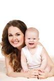 behandla som ett barn den lyckliga moderståenden Arkivfoton