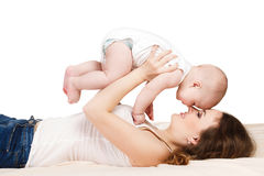 behandla som ett barn den lyckliga moderståenden Royaltyfri Foto
