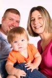 behandla som ett barn den lyckliga nyfikna familjen Arkivbild