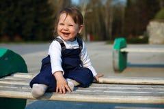 behandla som ett barn den lyckliga parken för flickan royaltyfria bilder
