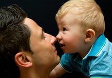 behandla som ett barn den lyckliga pojkefadern arkivbilder