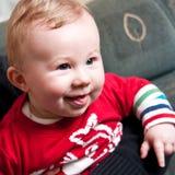 behandla som ett barn den lyckliga pojken Arkivfoto