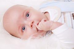 behandla som ett barn den lyckliga pojken Royaltyfria Bilder