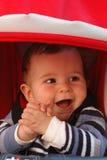 behandla som ett barn den lyckliga pojken Royaltyfri Foto