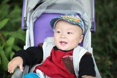 behandla som ett barn den lyckliga pojken Fotografering för Bildbyråer