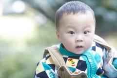 behandla som ett barn den lyckliga pojken Arkivfoton