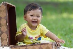 behandla som ett barn den lyckliga pojken Royaltyfri Bild