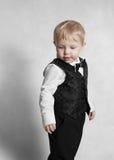 behandla som ett barn den lyckliga pojken Arkivbild