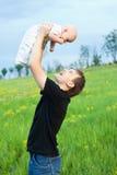 behandla som ett barn den lyckliga pojken hans leka barn för mannen Arkivfoto
