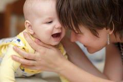 behandla som ett barn den lyckliga pojken hans moder Arkivfoton