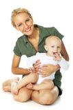 behandla som ett barn den lyckliga pojken henne holdingmoderbarn Royaltyfri Bild