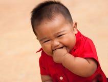 behandla som ett barn den lyckliga pojken mycket arkivfoto