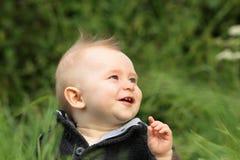 behandla som ett barn den lyckliga pojken utomhus Arkivbild