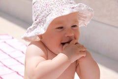 behandla som ett barn den lyckliga sköt sommaren för flickan Royaltyfri Foto