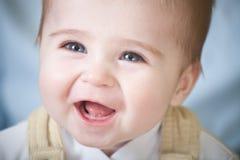 behandla som ett barn den lyckliga ståenden för blåa ögon arkivbilder