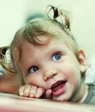 behandla som ett barn den lyckliga ståenden för flickan arkivbild
