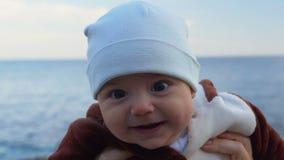 behandla som ett barn den lyckliga st?enden f?r pojken Hav och himmel i bakgrunden l?ngsam r?relse lager videofilmer