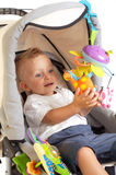 behandla som ett barn den lyckliga strolleren Arkivfoto