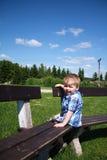 behandla som ett barn den lyckliga yttersidan för pojken Arkivfoton