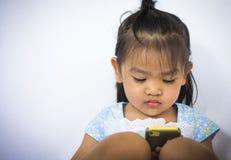 behandla som ett barn den mobila telefonen Arkivbilder