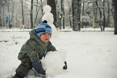 behandla som ett barn den model snowmanen för pojken Royaltyfri Bild