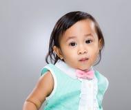 behandla som ett barn den multiracial flickan Royaltyfria Bilder