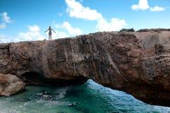 Behandla som ett barn den naturliga brogränsmärket i Aruba royaltyfria foton