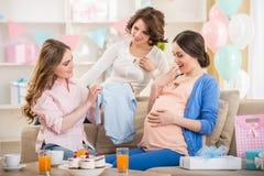 behandla som ett barn den nya duschen för det födda pojkekortet Royaltyfri Foto