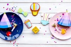 behandla som ett barn den nya duschen för det födda pojkekortet Kakor i form av tillbehör för barn, partihattar och konfettier på Arkivbild