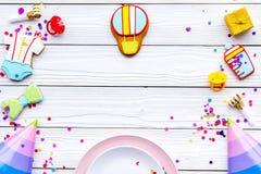 behandla som ett barn den nya duschen för det födda pojkekortet Kakor i form av tillbehör för barn, partihattar och konfettier på Royaltyfri Fotografi
