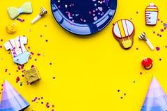 behandla som ett barn den nya duschen för det födda pojkekortet Kakor i form av tillbehör för barn, partihattar och konfettier på Arkivfoton