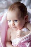 behandla som ett barn den nya födda flickan Royaltyfria Bilder