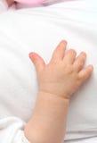 behandla som ett barn den nya födda handen Arkivfoto