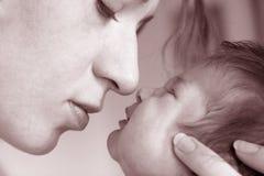 behandla som ett barn den nya födda modern Royaltyfri Bild