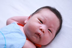 behandla som ett barn den nya födda pojken arkivbilder
