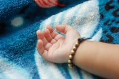 behandla som ett barn den nya f?dda handen royaltyfri bild