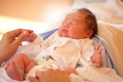 behandla som ett barn den nya födda pojken Royaltyfri Fotografi