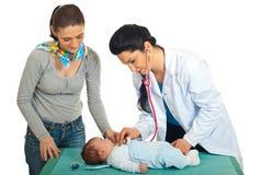 behandla som ett barn den nyfödda checkupdoktorn Royaltyfri Fotografi
