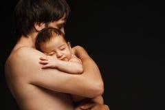 behandla som ett barn den nyfödda fadern Arkivfoto