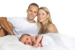 behandla som ett barn den nyfödda familjen Royaltyfria Bilder