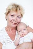 behandla som ett barn den nyfödda farmorholdingen Arkivbild