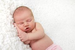 behandla som ett barn den nyfödda flickan Arkivbild