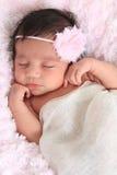 behandla som ett barn den nyfödda flickan Arkivfoton