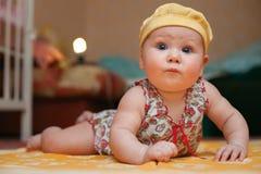 behandla som ett barn den nyfödda gulliga flickan royaltyfri foto