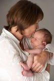 behandla som ett barn den nyfödda holdingmodern Royaltyfri Fotografi