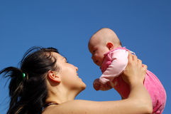 behandla som ett barn den nyfödda holdingmodern Arkivbilder