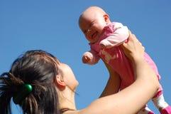 behandla som ett barn den nyfödda holdingmodern Arkivbild