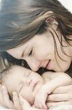 behandla som ett barn den nyfödda holdingmodern royaltyfri foto